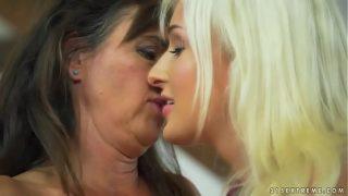 Групповое порно опытной девушки с большой толпой томимых голодом негров
